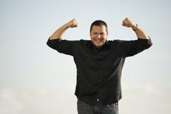 Mann, der seine Arme biegt Lizenzfreies Stockbild