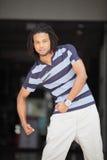 Mann, der seine Arme biegt Stockfoto