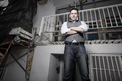 Mann, der seine Arme kreuzt Stockfoto