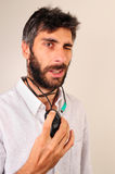 Mann, der seine Augen blinkt und mit Maus spielt Stockfoto