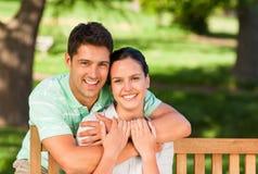 Mann, der seine Frau umarmt Stockfoto