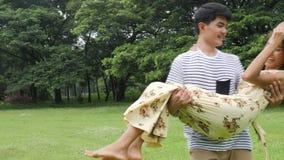 Mann, der seine Freundin in einem Park spinnt stock video