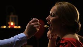 Mann, der seine Freundin mit Kuchen, romantisches Abendessen am Heilig-Valentinsgrußtag behandelt stock footage