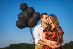 Mann, der seine Freundin umarmt Lizenzfreie Stockfotografie