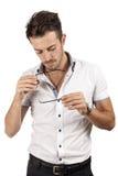 Mann, der seine Gläser überprüft Lizenzfreie Stockfotos