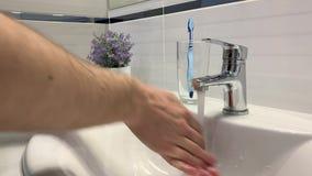 Mann, der seine Hände unter dem Hahn im Badezimmer wäscht stock video