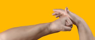 Mann, der seine Hand auf Gelb locht Stockfotos
