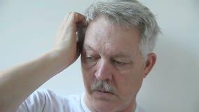 Mann, der seine Kopfhaut verkratzt stock video