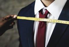 Mann, der seine Maße erfolgt erhält stockbilder