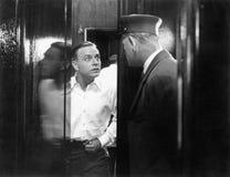 Mann, der seine Tür öffnet und entsetzt schaut (alle dargestellten Personen sind nicht längeres lebendes und kein Zustand existie Lizenzfreies Stockfoto