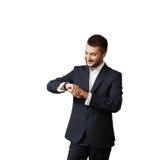 Mann, der seine Uhr betrachtet Stockfoto