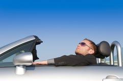 Mann, der in seinem Auto sich entspannt Stockfotos