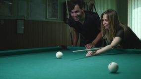 Mann, der seinem Mädchen zeigt, wo man den Ball - junge Frau schlägt, die Rat auf Schießen-Pool-Ball beim Spielen von Billard emp stock video footage