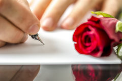 Mann, der seinem Schatz einen Brief schreibt stockfotografie