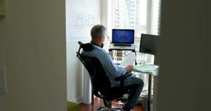 Mann, der an seinem Schreibtisch 4k arbeitet stock footage