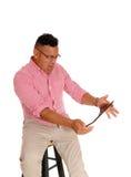 Mann, der an seinem Tablet-Computer schreit Stockbild