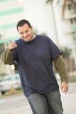 Mann, der seinen Finger und Lächeln zeigt Lizenzfreie Stockfotos