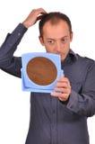 Mann, der seinen Haarausfall im Spiegel überprüft Lizenzfreie Stockfotos