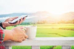 Mann, der seinen Handy im Freien im Morgen verwendet Lizenzfreies Stockfoto