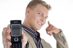 Mann, der seinen Handy und Gestikulieren zeigt Lizenzfreie Stockfotos