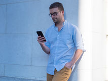 Mann, der seinen Handy verwendet Stockfotografie