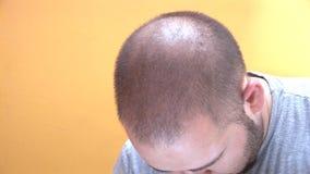 Mann, der seinen Kopf rüttelt und wütend geht stock video