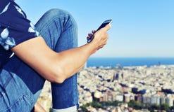 Mann, der seinen Smartphone in Barcelona, Spanien verwendet Lizenzfreie Stockfotos