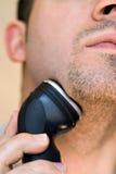 Mann, der seinen Spitzbart rasiert Lizenzfreie Stockfotografie