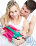 Mann, der seiner Freundin ein Geschenk gibt Lizenzfreies Stockfoto