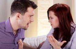 Mann, der an seiner Freundin schreit Stockfotografie