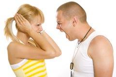 Mann, der an seiner Freundin schreit lizenzfreies stockfoto