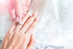 Mann, der seiner Freundin Verlobungsring gibt Fröhlich ich Lizenzfreies Stockfoto