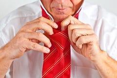 Mann, der seins Gleichheit bindet Lizenzfreies Stockfoto