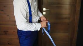 Mann, der seins Gleichheit bindet Der Bräutigam, der seins Bindung bindet Heiratsbräutigamzugang stock footage