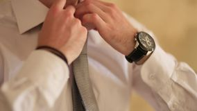 Mann, der seins Gleichheit bindet Der Bräutigam, der seins Bindung bindet Heiratsbräutigamzugang stock video