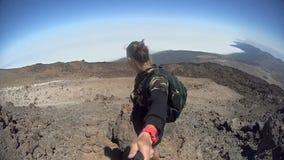 Mann, der selfie an der Spitze eines Hügels macht stock footage
