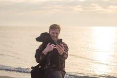 Mann, der selfie mit Hund tut stockbild
