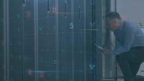 Mann, der in Serverraum mit bewegenden Datensicherheitsmitteilungen geht stock video footage