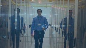 Mann, der in Serverraum mit bewegenden Datensicherheitsmitteilungen geht stock video