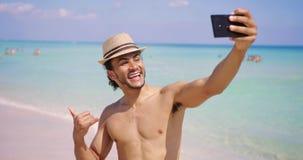 Mann, der shaka gestikuliert und selfie nimmt stock video footage