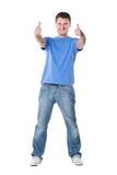 Mann, der sich Daumen mit beiden Händen zeigt Lizenzfreie Stockfotos