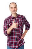 Mann, der sich seinen Daumen zeigt Stockfoto