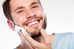 Mann, der sich vorbereitet zu rasieren stockfoto