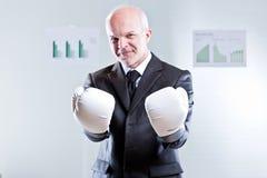 Mann, der Sie mit Boxhandschuhen herausfordert Stockfotografie