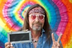 Mann, der Siegeszeichen beim Zeigen einer Tafel macht Lizenzfreie Stockbilder