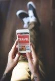 Mann, der Smartphone-Anwendungs-Technologie-Konzept verwendet Lizenzfreie Stockfotografie