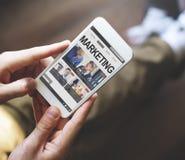 Mann, der Smartphone-Anwendungs-Technologie-Konzept verwendet Stockfotos