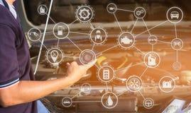 Mann, der Smartphone auf Maschinenhintergrund mit Autoservice-Ikonen verwendet Lizenzfreies Stockbild
