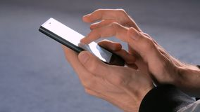 Mann, der Smartphone im Raum verwendet stock footage