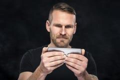 Mann, der Smartphone- oder Tabletten-PC verwendet Stockbilder